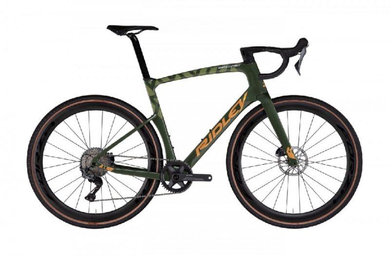 Ook deze maand staan er weer veel mooie fietsen op FindYourBike. Wij hebben een overzicht gemaakt met enkele mooie fietsen, zodat er misschien wel iets voor jou tussenzit. 1. Merida Silex 400 De comfortabele geometrie en de vele montagepunten voor dragers en bidonhouders maken de Silex een veelzijdige en avontuurlijke gravelbike. De nieuwe Shimano GRX groep is speciaal ontwikkeld voor gravel avonturen en dankzij de 38C Maxxis Rambler banden kom je op elke ondergrond goed uit de voeten! Prijs: €1.549 Bekijk de fiets hier 2. Cannondale Topstone Carbon 4 De Cannondale Topstone Carbon 4 is een prachtige carbon gravelracer die jou op al je avonturen kan voorzien van materiële ondersteuning. Het frame is gemaakt van carbon en is erg licht maar ook stijf. Daarnaast is het frame uitgerust met de KingPin suspension. Hierdoor heb je een 'veerweg' op de achterbrug en dat ga je zeker merken tijdens het fietsen. Ook deze gravelbike is uitgerust met de Shimano GRX800 groepset, speciaal voor off-road ritten. De 22 versnellingen schakelen soepel, ook onder belasting, en de hydraulische schijfremmen zorgen voor uitstekende remprestaties! Prijs: €3.499 Bekijk de fiets hier 3. Cube Nuroad EX Cube heeft bij de Nuroad EX het motto: Minder is soms meer. De fiets heeft een superlicht aluminium frame en een vergevingsgezinde carbon vork als de basis van deze vernieuwde alleskunner. De Shimano's GRX 1x11 gravel groep houdt het daarbij simpel. Maar één voorblad en tóch een breed bereik. Volumineuze maar licht rollende banden en een cockpit die specifiek is ontworpen om tijdens lange ritten maximaal comfort te bieden, maken het plaatje compleet! Prijs: €1.449 Bekijk de fiets hier 4. Ridley Kanzo Fast Geen enkele gravelbike is zo reactief als de Kanzo Fast. De achterzijde werd ontwikkeld met een focus op comfort. De achterbrug werd extra laag ingezet en ook de D-vormige zadelpen verhoogt het fietsgenot. De geometrie en het aero stuur zijn helemaal volgens de gravel standaard ontworpen. Aerodyn