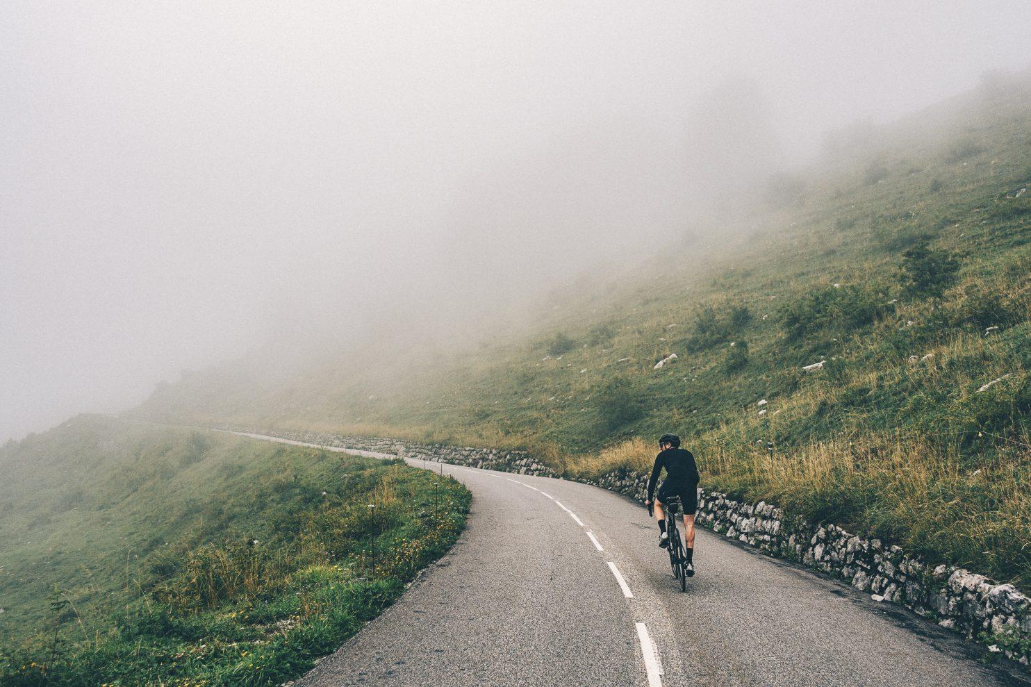 Wielrenner in de mist op de Col de la Colombière