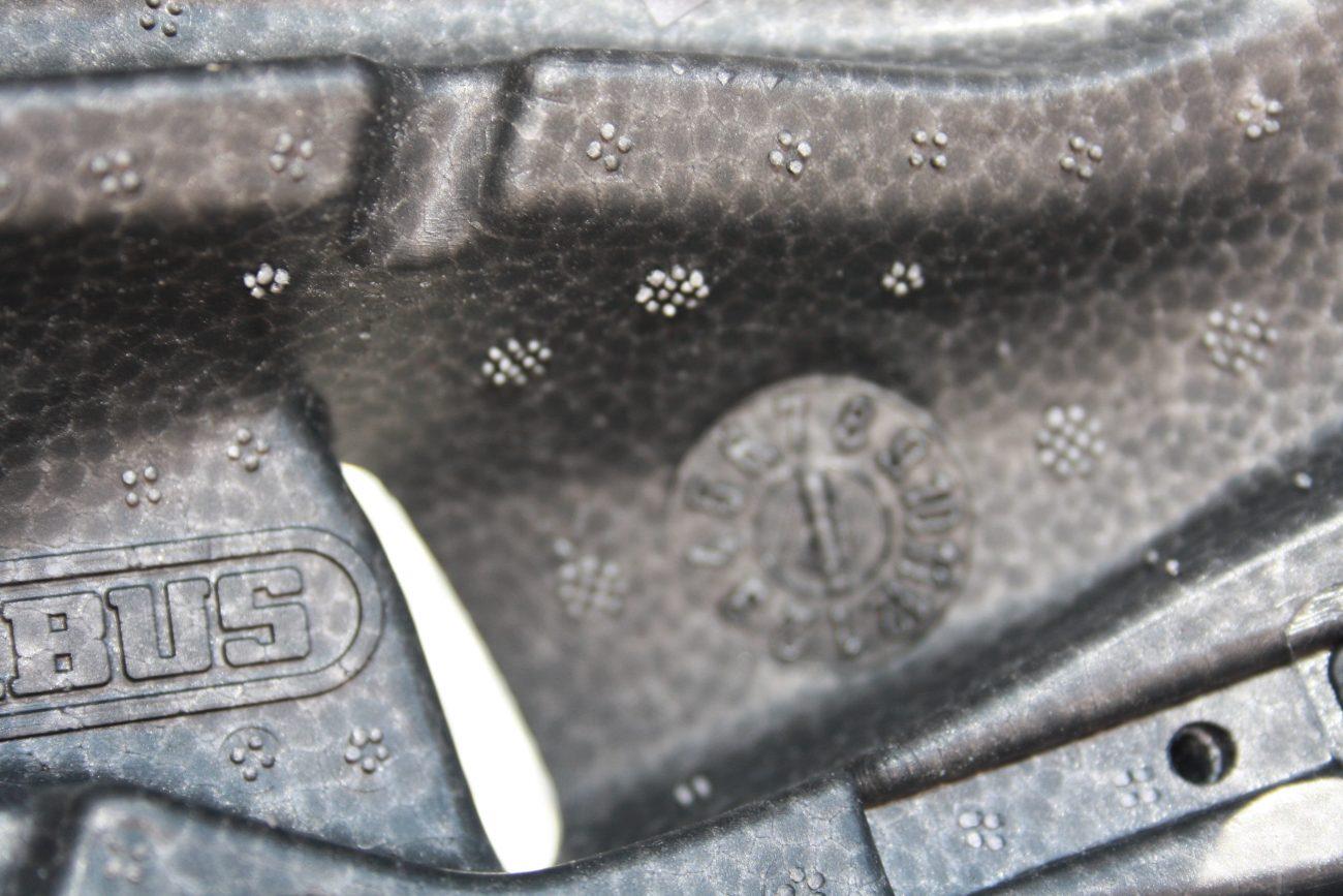 De binnenkant van de helm met meerdere 'vlekjes' en een 'klok'.