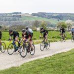 In een groep fietsen